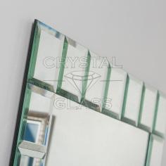 Зеркало обрамлено зеркальной плиткой с фацетом