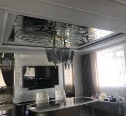 Зеркальный потолок с художественной матировкой