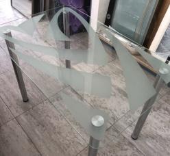 кухонный стол из стекла с пескоструем